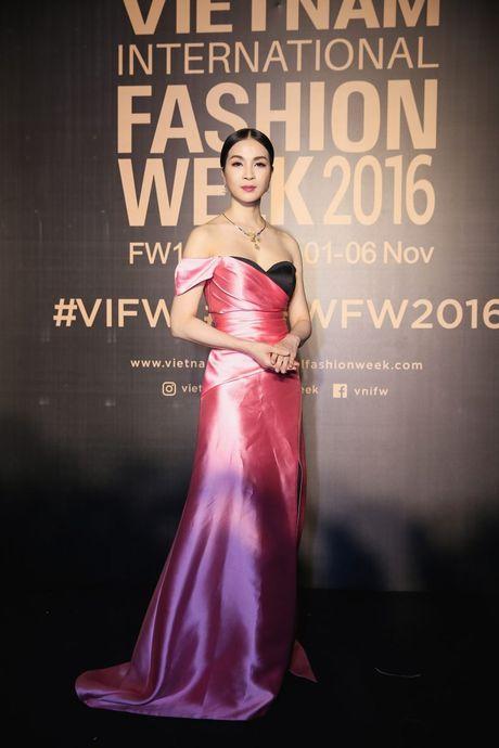 Dan sao Viet ram ro khoe sac tai Vietnam International Fashion Week - Anh 2