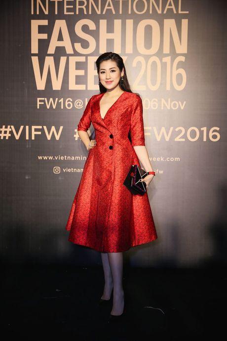 Dan sao Viet ram ro khoe sac tai Vietnam International Fashion Week - Anh 6