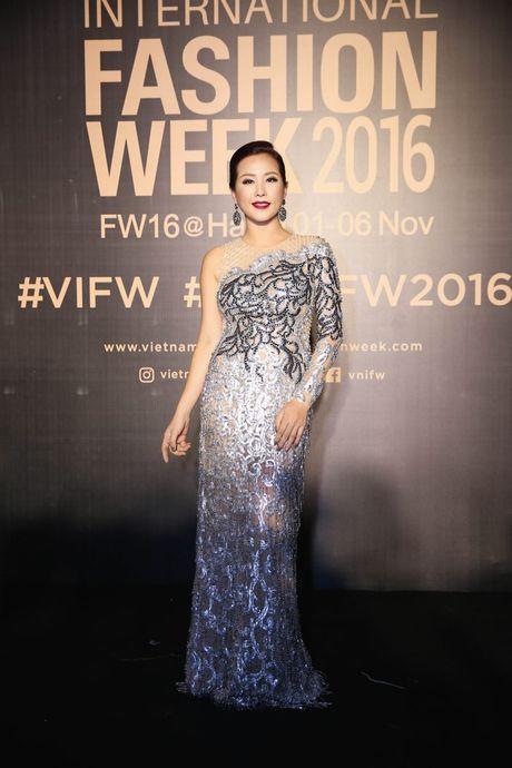 Dan sao Viet ram ro khoe sac tai Vietnam International Fashion Week - Anh 9