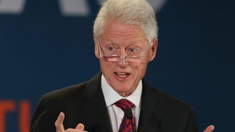 FBI cong bo tai lieu Bill Clinton nhan hoi lo, tiep tuc giang don dau len ba Hillary - Anh 1