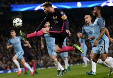 Messi kho gianh QBV: Tron thue va vet thuong Argentina - Anh 2