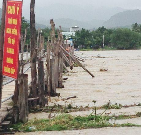 Nam Trung bo ngap trong mua lu, thuy dien song Ba Ha tang xa lu len 10.400 m³/giay - Anh 7