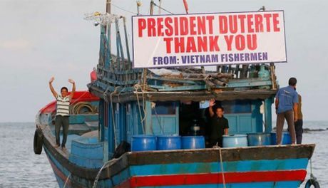 Viet Nam hoan nghenh Tong thong Philippines tha 17 ngu dan Viet - Anh 1