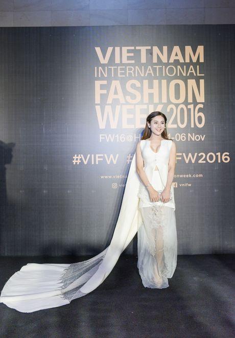 Angela Phuong Trinh sac lanh, Do My Linh ca tinh tren tham do - Anh 6