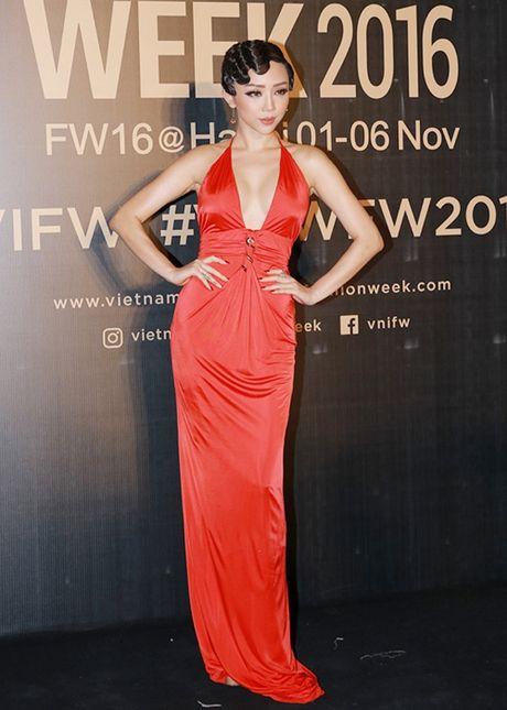 Angela Phuong Trinh sac lanh, Do My Linh ca tinh tren tham do - Anh 9