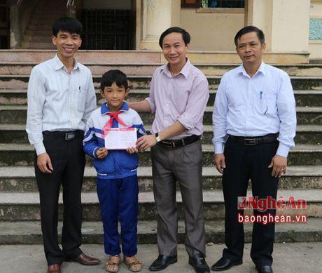 Trao so tiet kiem cua lanh dao tinh cho hoc sinh ngheo hieu hoc o Hung Nguyen - Anh 1