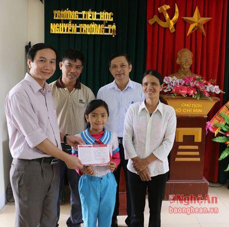 Trao so tiet kiem cua lanh dao tinh cho hoc sinh ngheo hieu hoc o Hung Nguyen - Anh 2