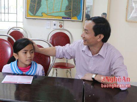 Trao so tiet kiem cua lanh dao tinh cho hoc sinh ngheo hieu hoc o Hung Nguyen - Anh 3