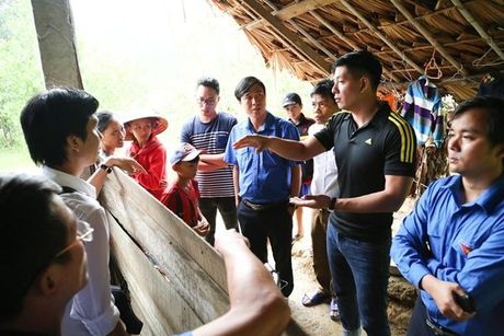 Binh Minh va nhac si Nguyen Hong Thuan doi mua cuu tro, xay nha cho nguoi dan vung lu - Anh 1