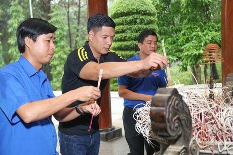 Binh Minh va nhac si Nguyen Hong Thuan doi mua cuu tro, xay nha cho nguoi dan vung lu - Anh 4