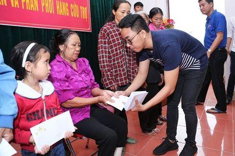 Binh Minh va nhac si Nguyen Hong Thuan doi mua cuu tro, xay nha cho nguoi dan vung lu - Anh 5