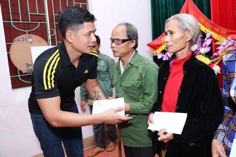 Binh Minh va nhac si Nguyen Hong Thuan doi mua cuu tro, xay nha cho nguoi dan vung lu - Anh 6