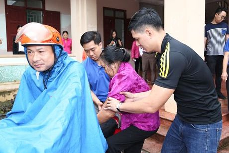 Binh Minh va nhac si Nguyen Hong Thuan doi mua cuu tro, xay nha cho nguoi dan vung lu - Anh 7