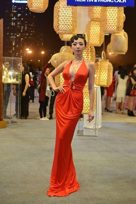 Toc Tien nong bong len san catwalk Tuan le thoi trang quoc te Viet Nam - Anh 2