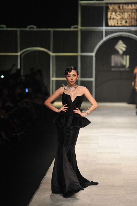 Toc Tien nong bong len san catwalk Tuan le thoi trang quoc te Viet Nam - Anh 3