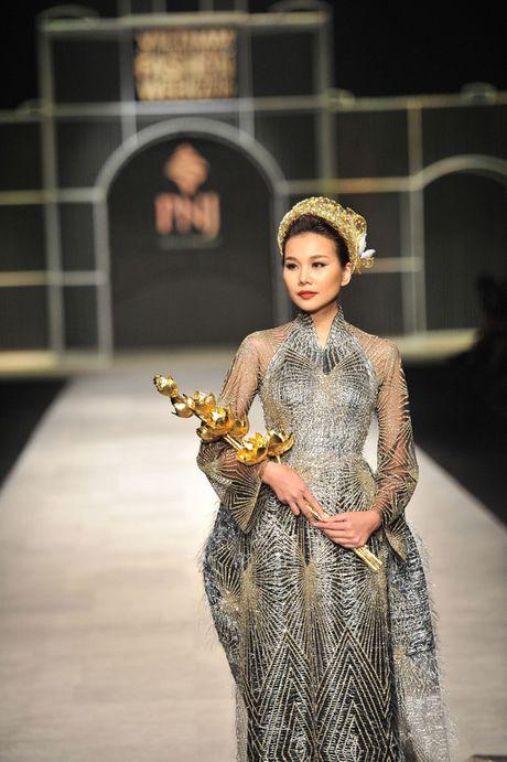Toc Tien nong bong len san catwalk Tuan le thoi trang quoc te Viet Nam - Anh 6