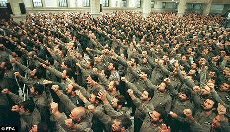 Iran dieu binh si tinh nhue xam nhap My va chau Au - Anh 1