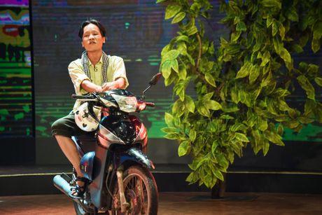 Chang trai phuc vu quan an gay xuc dong o game show hai - Anh 2