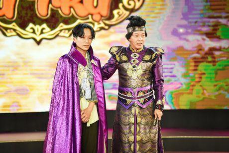 Chang trai phuc vu quan an gay xuc dong o game show hai - Anh 4