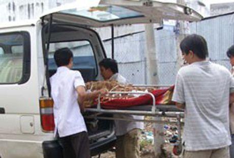 Thanh nien dap pha tiem sua xe tu tu khi thay cong an - Anh 1