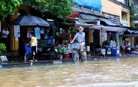 Pho co Hoi An ngap nuoc menh mong - Anh 1