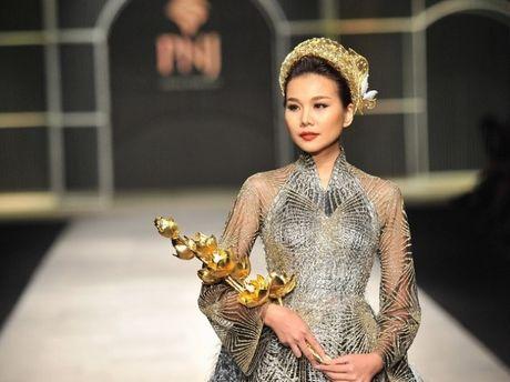 Thanh Hang om bo sen vang hon 2 ty len san catwalk - Anh 1