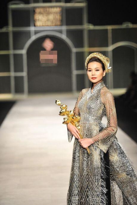 Thanh Hang om bo sen vang hon 2 ty len san catwalk - Anh 3