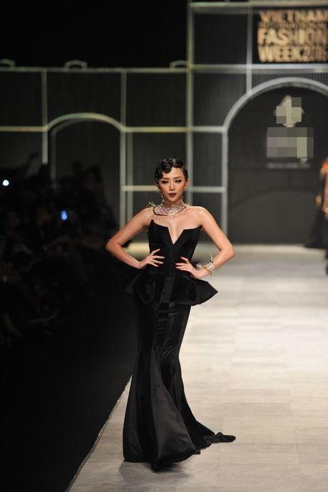 Thanh Hang om bo sen vang hon 2 ty len san catwalk - Anh 7