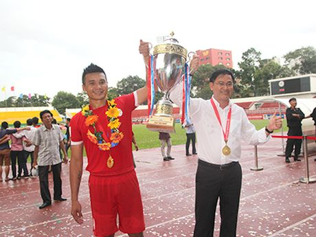 CLB TP.HCM chinh thuc co HLV tu Ligue 1 - Anh 1