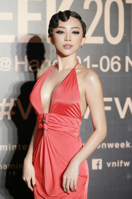 Angela Phuong Trinh gay chu y voi phong cach ma mi tai VIFW 2016 - Anh 7