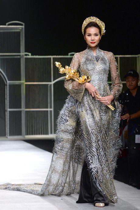 Sieu mau Thanh Hang lien tuc bien hoa tai Tuan le thoi trang quoc te - Anh 7