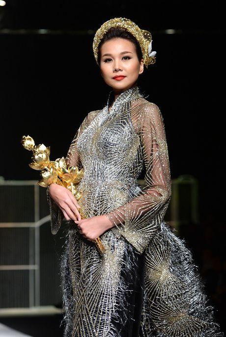 Sieu mau Thanh Hang lien tuc bien hoa tai Tuan le thoi trang quoc te - Anh 8