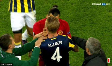 Can canh Ibrahimovic bop co doi phuong ngay truoc mat Mourinho - Anh 1