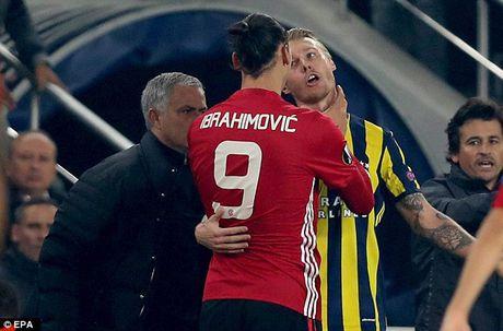 Can canh Ibrahimovic bop co doi phuong ngay truoc mat Mourinho - Anh 2