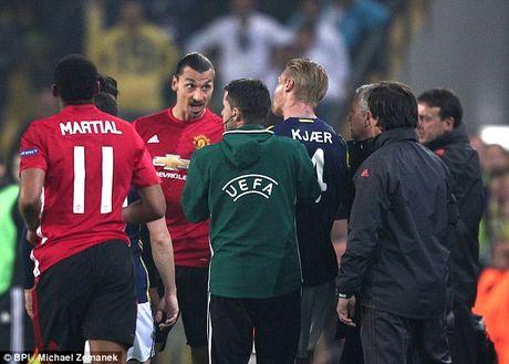 Can canh Ibrahimovic bop co doi phuong ngay truoc mat Mourinho - Anh 3