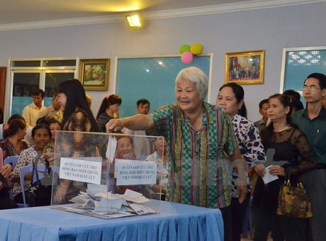 Kieu bao Viet o Campuchia quyen gop ho tro dong bao mien Trung - Anh 1