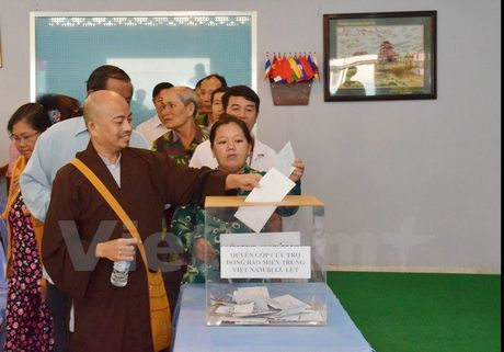 Kieu bao Viet o Campuchia quyen gop ho tro dong bao mien Trung - Anh 2