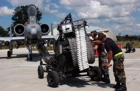 Cuong kich A-10 roi gan het bom khi dien tap - Anh 1