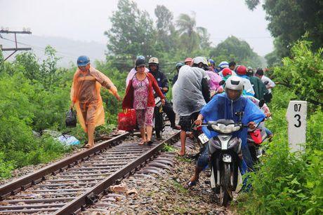 Tranh lu tren… duong tau hoa, dan cuong cuong thoat than - Anh 6