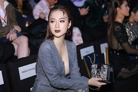 'Do mat' moi lan Angela Phuong Trinh dien vest... khong noi y - Anh 1