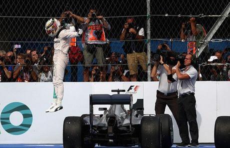 An mung chien thang Mexico Grand Prix, Hamilton dua vui voi ho - Anh 1