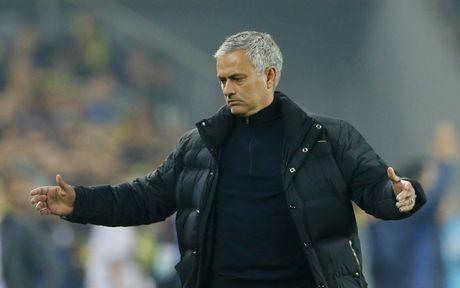 Fan Man United chuan bi banner 'tien' Jose Mourinho o tran Arsenal - Anh 1