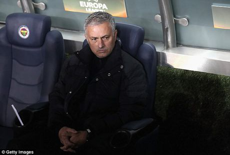 Mourinho: 'M.U thi dau nhu giao huu mua he' - Anh 1