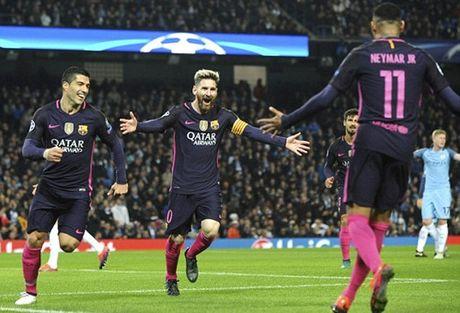 Barcelona gay soc khi tiet lo ke hoach mua Suarez cua M.U - Anh 2