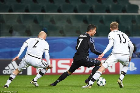 C.Ronaldo bi to choi xau trong tran dau voi Legia - Anh 1