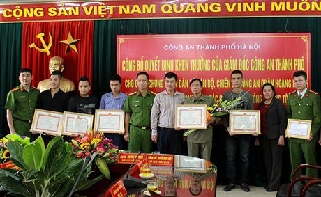 Khen thuong cac ca nhan kham pha nhanh vu an giet nguoi, cuop tai san tai pho Ngu Nhac - Anh 2