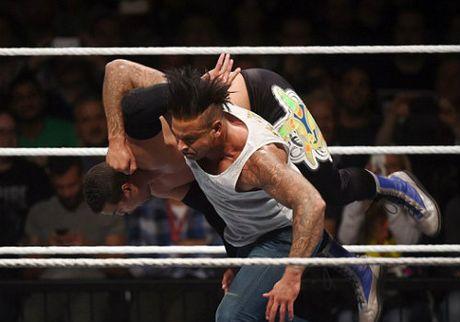 WWE: Cuu SAO thu mon Duc thang tran mo man vat bieu dien - Anh 2