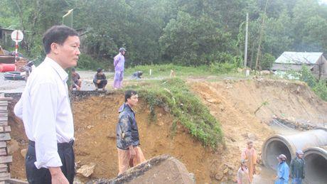 Quang Nam: Hang chuc ngan met khoi dat da sat lo, giao thong ach tac - Anh 3