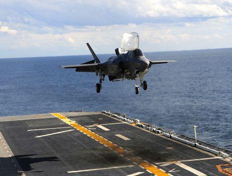 Xem F-35B cat/ha canh thang dung dieu luyen tren tau USS America - Anh 1