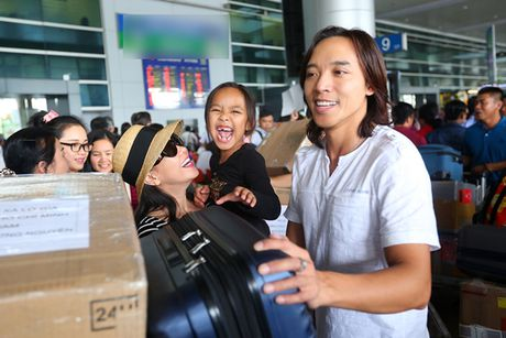 Danh hai Viet Huong ra san bay don chong va con gai - Anh 1